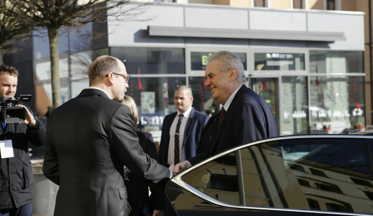 Na poslední návštěvě v hradeckém kraji byl Miloš Zeman před čtyřmi lety. V mrazivém počasí ho vítalo několik stovek lidí