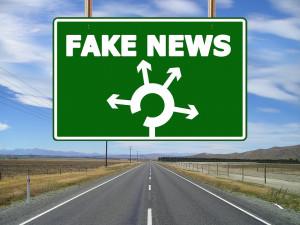 Fake news nás nemají přesvědčit o lži, dezinformátorům stačí, když nás znejistí