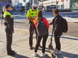 Hradec vs. Pardubice: problémy s koloběžkami jsou stejné – jízda po chodníku a chybějící přilba