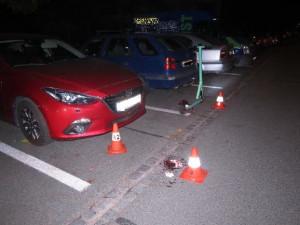 Muž na elektrokoloběžce naboural zaparkované auto. Nadýchal 2,5 promile
