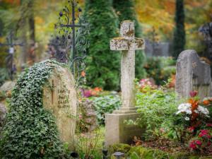 Během Dušiček budou mít hradecké hřbitovy otevřeno déle. Pojede i více spojů MHD