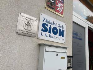 Spor města a Sionu pokračuje, ředitel školu nevystěhuje. Nedodržení výpovědní lhůty může skončit u soudu