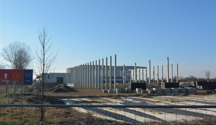 Jedna z největších černých staveb v Česku, sklady na okraji Hradce, získala povolení