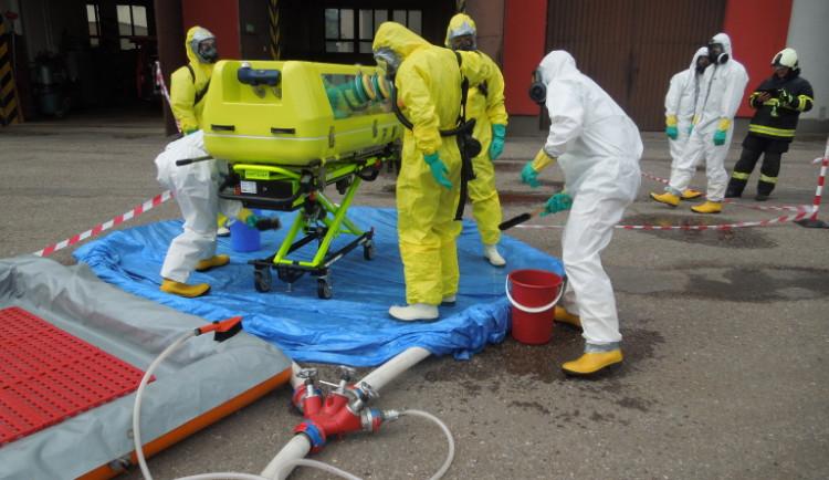 FOTO: Trutnovští hasiči cvičili zásah u pacienta se zvlášť nakažlivou nemocí