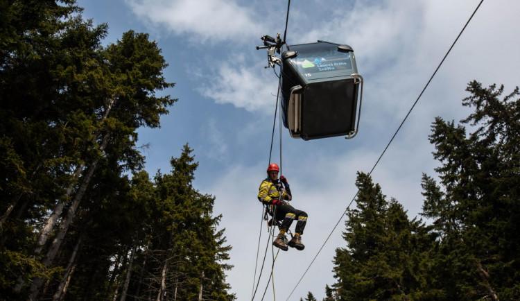 Čeští a polští hasiči zachraňovali turisty z lanovky na Sněžku. Naštěstí jen cvičně