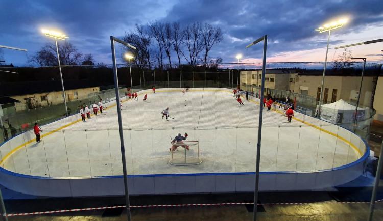 GALERIE: První trénink Mountfieldu na venkovním ledě v Dobříši