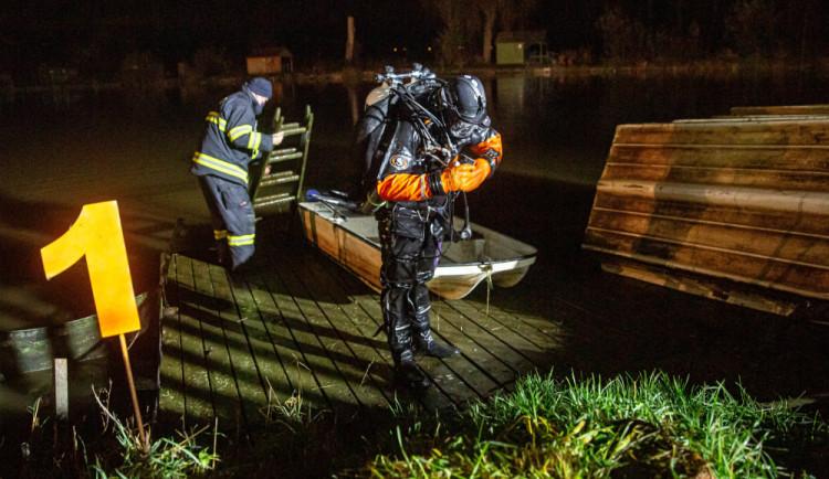 GALERIE: V Černožicích sjelo auto do rybníka. Vytáhnout ho musel potápěč