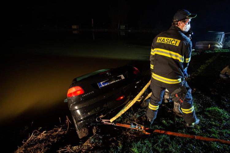 V Černožicích sjelo auto do rybníka. Vytáhnout ho musel potápěč