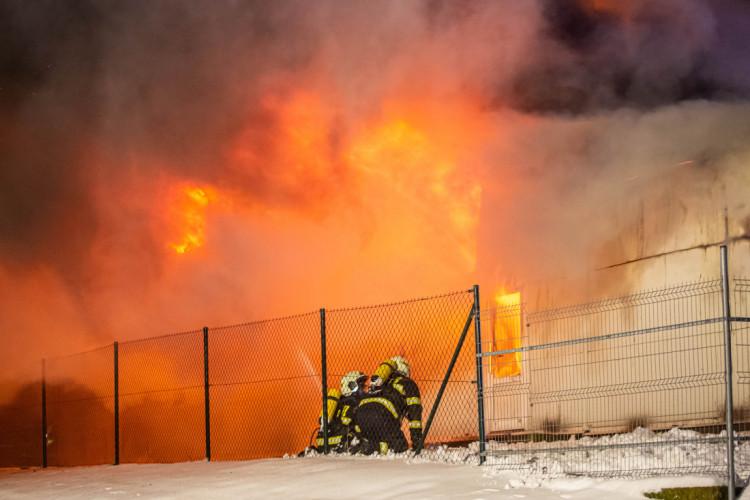 GALERIE: V Sendražicích hořela skladovací hala na plasty a pneumatiky